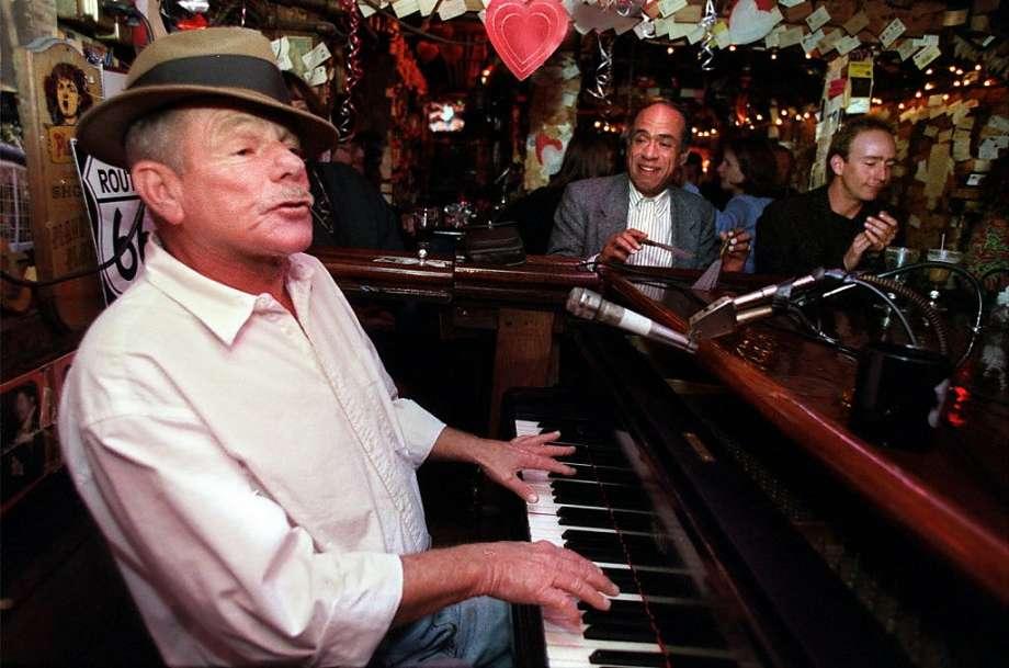 piano in bar